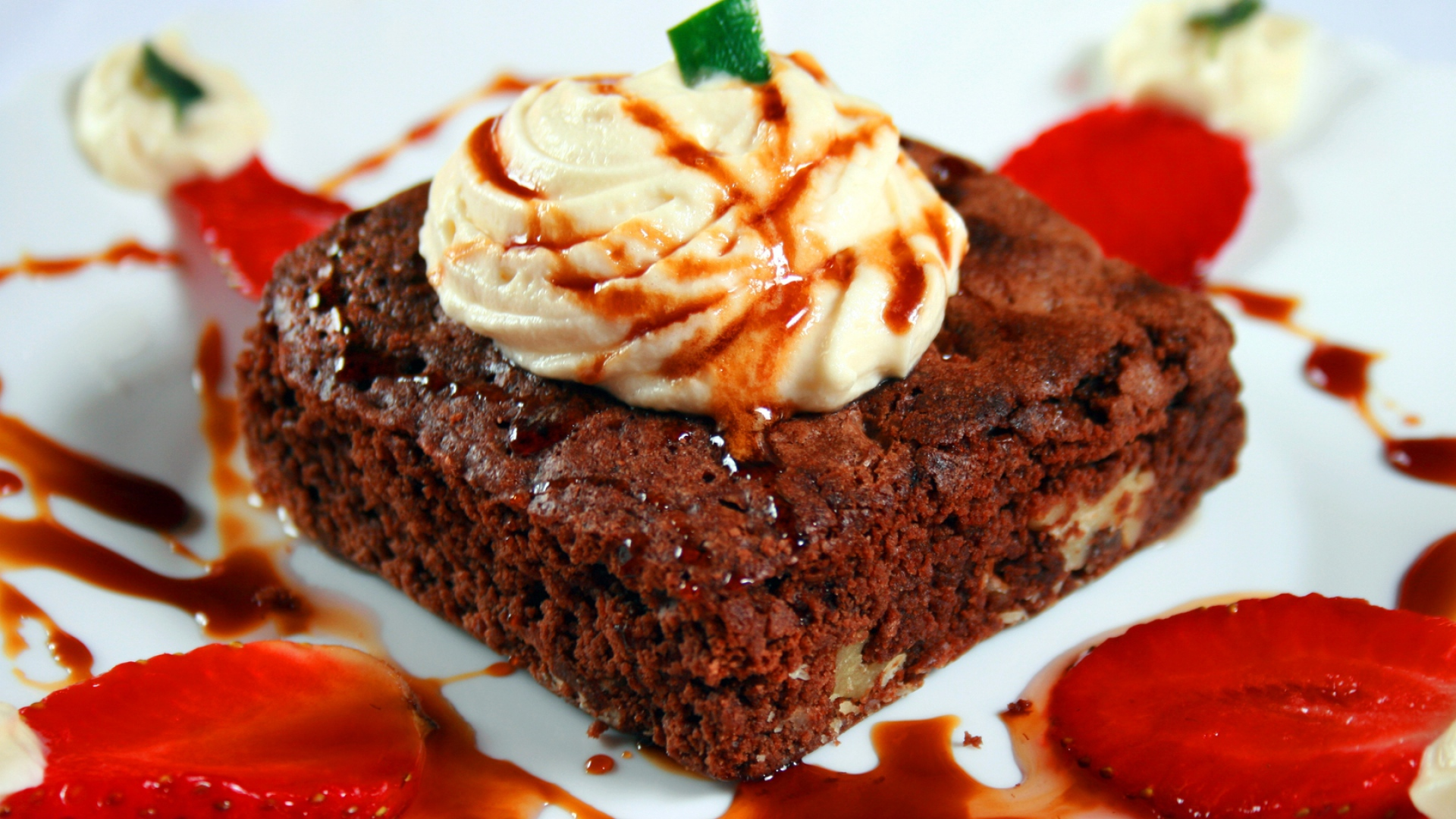 download wallpaper 1920x1080 cake, sauce, strawberry, dessert