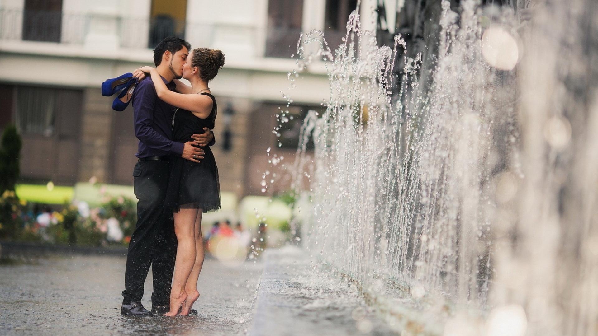 Download Wallpaper 1920x1080 Couple Date Romance Kiss Fountain