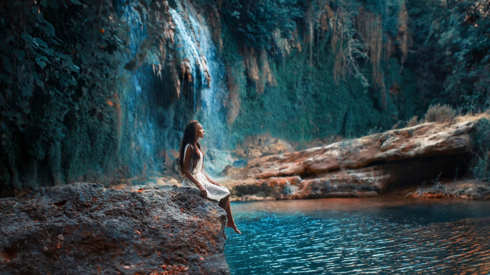 oboi-gori-vodopad-reka-les-golaya-devushka