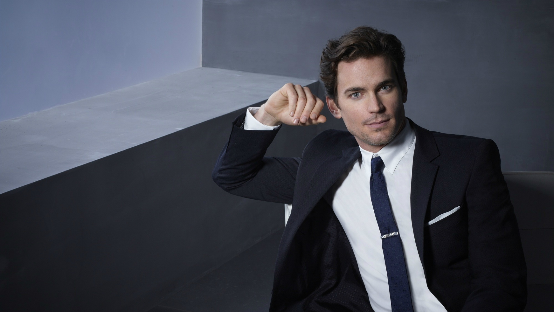 download wallpaper 1920x1080 matthew bomer, brunette, tuxedo, room