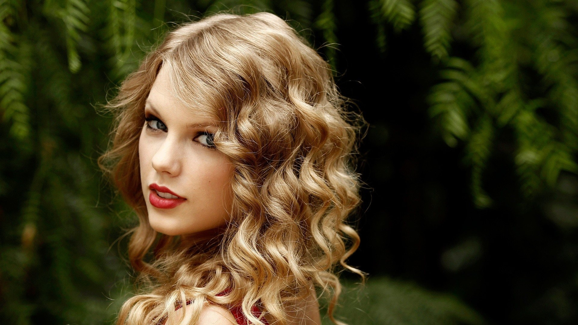 download wallpaper 1920x1080 taylor swift, tree, green, look, hair