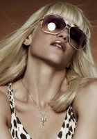 gwen stefani, glasses, chain