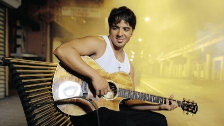 luis fonsi, guitar, cross