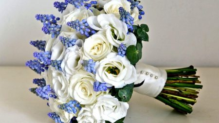 roses, lisianthus russell, muscari